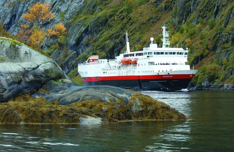 Att resa med Hurtigruten är att uppleva både det vackraste och mest ödsliga  som de nordiska kusterna har att erbjuda. Den nästan 200 mil långa resan  från ... ea4c506b26f91
