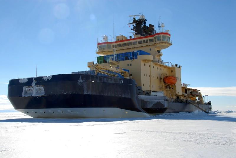 Svensk isbrytare fastnade i afrika