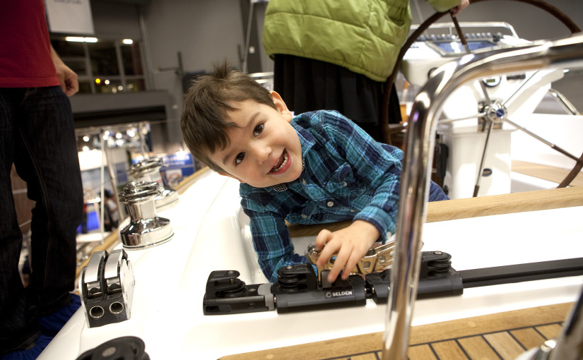 BŒtmŠssan 2015. .Lšrdag 31 januari. Fabian Farje, 4 Œr leker pŒ Najads segelbŒt pŒ bryggan i C-hallen. Foto: Christina Blom