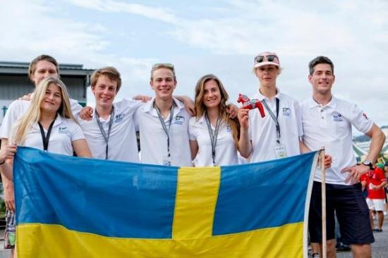 Tjejerna presterar i friska vindar på ISAF Youth Worlds