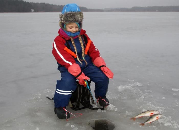 Isfiske med tusentals barn