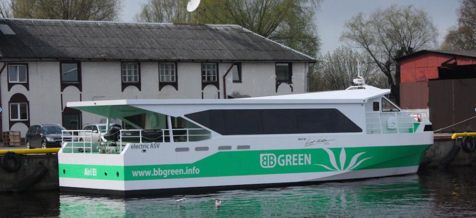 Världens första snabbgående elbåt prövas på Stockholms vatten