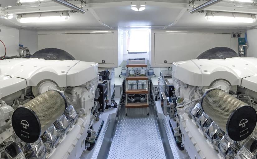 V12 med kromade kåpor i Riviera 77 Flybridge