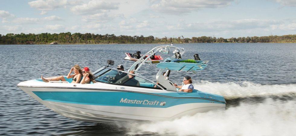 Fräck vattensportbåt med perfekt vågbildning