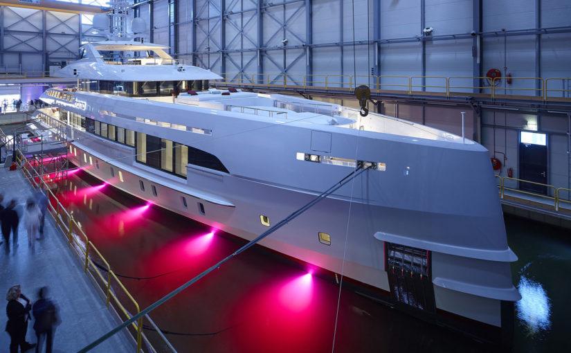 Världens första snabbgående yacht med hybriddrift