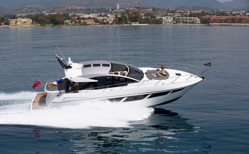 Sunseeker visar bredd på Cannes flytande båtmässa