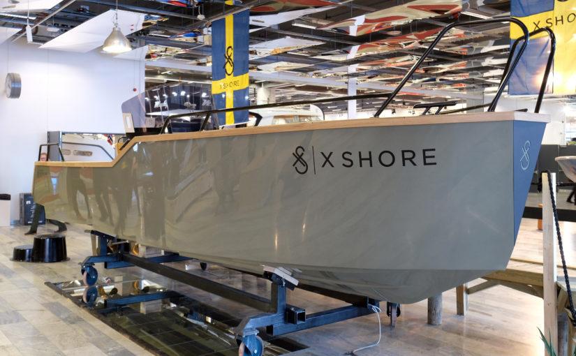 Modern svensk elbåt med skarpa linjer