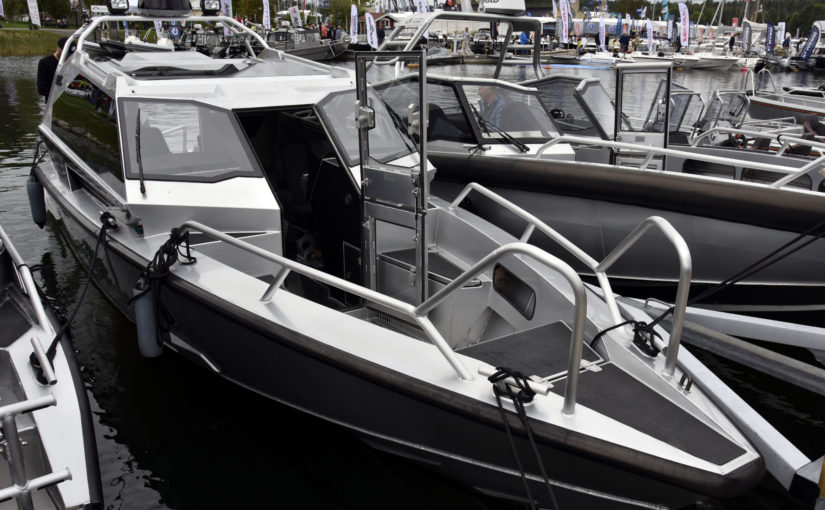 Öppen styrpulpet och rejäl kabinbåt från Anytec