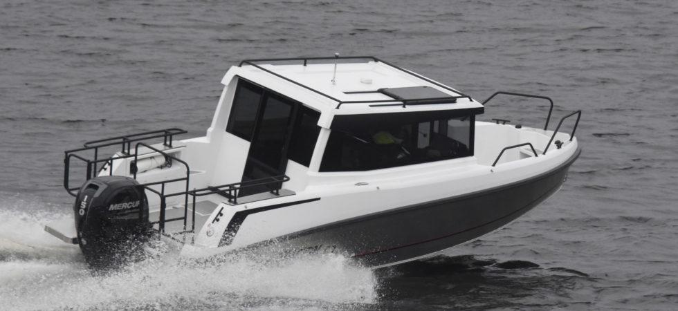 Bella sätter hytt på aluminiumbåt