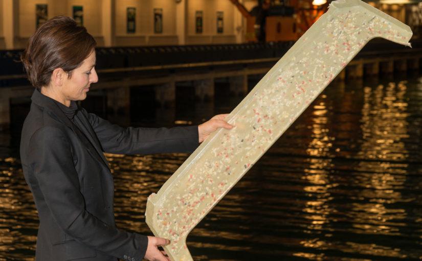 Optimistjolle av plastskräp från havet tar form