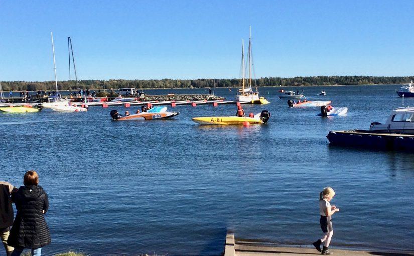 Samlar in pengar till Barncancerfonden genom båtracing