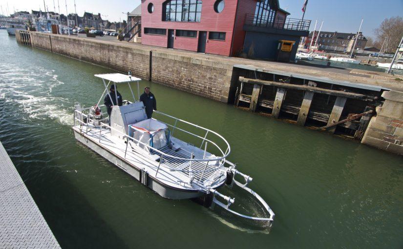 Eldriven skräpplockarbåt för hamnen
