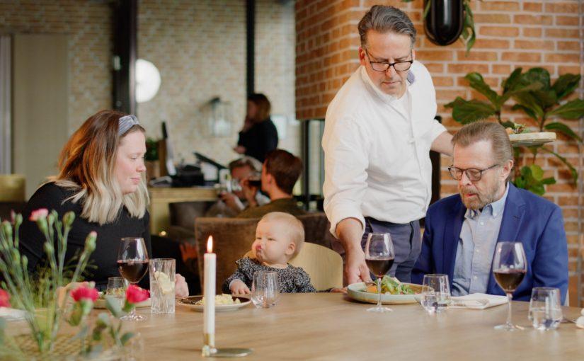 Tre generationer Ulvaeus välkomnar till Västervik i sommar