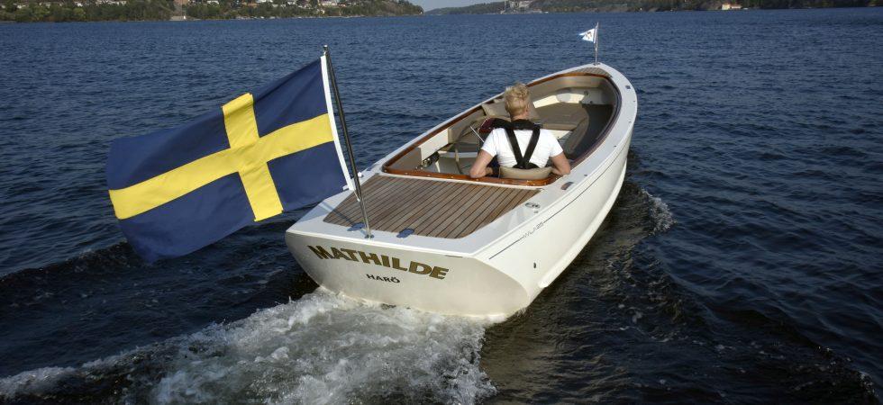 Modern svensk glidarbåt med el eller bensin